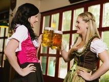在慕尼黑啤酒节的饮用的啤酒 免版税库存图片