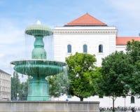 在慕尼黑大学的喷泉 库存照片