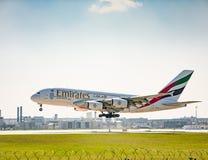 在慕尼黑机场的空中客车A380着陆 免版税库存图片