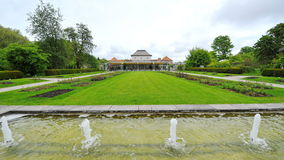 在慕尼黑植物园里浇灌特点和室外区域 免版税库存照片
