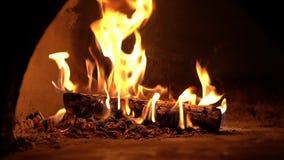 在慢动作的壁炉燃烧 在砖壁炉的温暖的舒适灼烧的火 股票视频