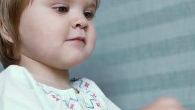 在慢动作的小的可爱宝贝女孩美妙地微笑的特写镜头 股票视频