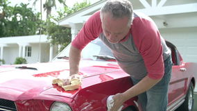 在慢动作的退休的老人清洁被恢复的汽车 影视素材
