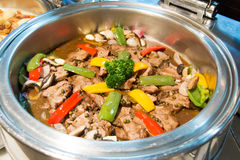 在慢烹饪器材的炖牛肉,准备服务 图库摄影