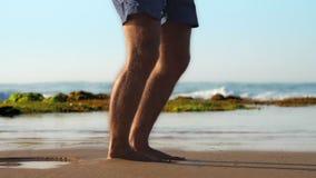 在慢黄色的沙滩的有胡子的体操运动员锻炼 影视素材