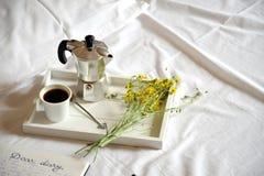 在懒惰星期天,用早餐在床上用咖啡和日志 免版税库存照片