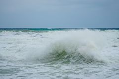 在戈佐岛岩石海岸的风大浪急的海面波浪  免版税库存图片