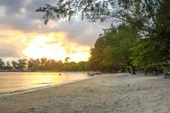 在戈公岛省柬埔寨王国的白色海滩 免版税图库摄影
