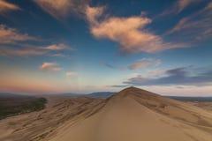 在戈壁的沙丘的五颜六色的日落 库存图片