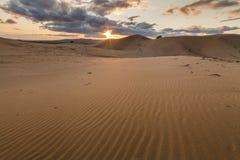 在戈壁的沙丘的五颜六色的日落 图库摄影