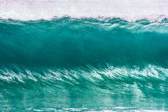 在戈尔德比尤特的透明的绿松石波浪在昆士兰澳大利亚 免版税库存图片