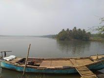 在戈达瓦里一边的渔夫小船 图库摄影