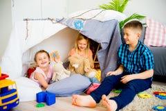 在戏剧帐篷的孩子 免版税库存照片