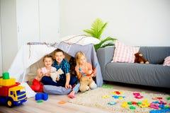 在戏剧帐篷的孩子 免版税库存图片