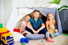 在戏剧帐篷的孩子 库存照片