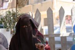 在戏剧遮掩的Niqabi妇女研了与孩子 库存图片