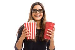在戏院展示期间的妇女用食物和饮料 免版税库存照片