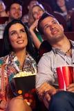 在戏院的年轻夫妇 免版税库存照片