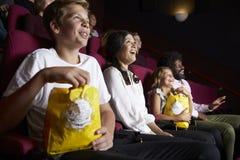 在戏院观看的喜剧影片的观众 免版税库存图片