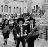 在成人仪式期间的年轻犹太男孩 库存照片