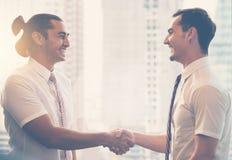 在成功企业交涉以后的商人握手 库存照片