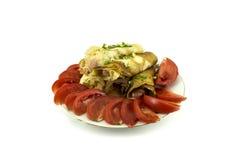 在成熟蕃茄围拢的板材的开胃香肠薄煎饼 免版税库存图片