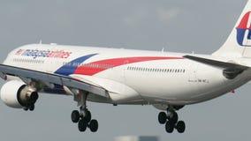 在成田空港的马来西亚航空空中客车A330着陆 影视素材