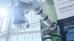 在我们中的新技术 机器人的手转动并且移动 棕榈被握紧入拳头明亮科学 股票录像