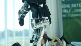 在我们中的新技术 机器人的手转动并且移动 紧压并且unclenches手指 明亮科学 影视素材