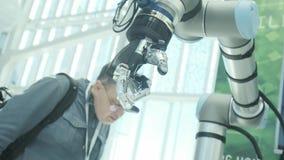 在我们中的新技术 机器人的手转动并且移动 紧压并且unclenches手指 明亮科学 股票录像