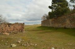 在我们的步行的美妙的中世纪石墙在梅迪纳塞利 免版税图库摄影