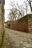 在我们的步行的美妙的中世纪石墙在梅迪纳塞利 免版税库存图片
