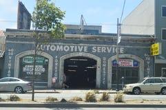 在我们的步行通过旧金山街道我们发现了60的这个机械车间 旅行假日Arquietectura 库存照片
