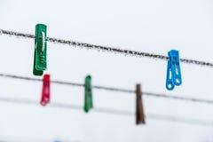 在我的后院的晒衣夹这个冬天 图库摄影