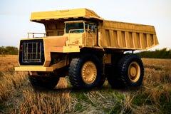 在我的重的矿用汽车和驾驶沿大矿用汽车,事业重装载超级汽车的露天开采的照片 库存照片