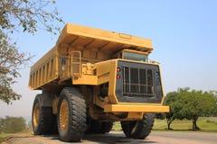 在我的重的矿用汽车和驾驶沿露天开采的照片 免版税库存图片