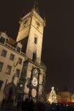 在我们的在TÃ ½ n前的夫人前面前面教会的老镇中心圣诞节市场  免版税图库摄影