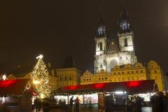 在我们的在TÃ ½ n前的夫人前面前面教会的老镇中心圣诞节市场  免版税库存图片