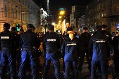 在戒备的防暴警察反对反政府抗议者 免版税图库摄影