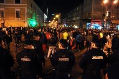 在戒备的防暴警察反对反政府抗议者 免版税库存图片