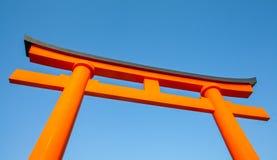 在或在神道圣地内入口的传统日本门  库存图片