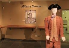 在战争期间,周期性服装和军用按钮显示陈列战士制服,堡垒Ticonderoga, 2014年 库存照片