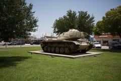 在战争纪念建筑的陆军坦克 库存图片