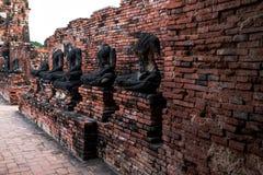 在战争,在大城府,古老菩萨雕象被毁坏了,泰国的没有头期间 图库摄影