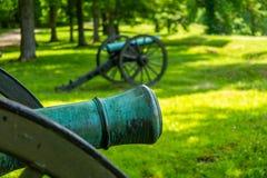 在战场的两门大炮 免版税图库摄影