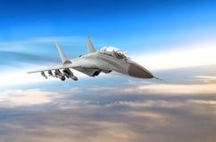在战斗任务的军用喷气式歼击机航空器,飞行的速度行动高在天空晚上 库存照片