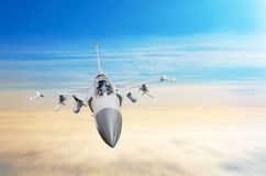 在战斗任务的军用喷气式歼击机航空器,飞行高在天空 免版税库存图片