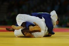 在战斗期间的Judoka战斗机在柔道竞争中 免版税库存照片