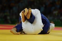 在战斗期间的Judoka战斗机在柔道竞争中 图库摄影