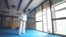 在战斗训练的武术大师在健身房 股票录像